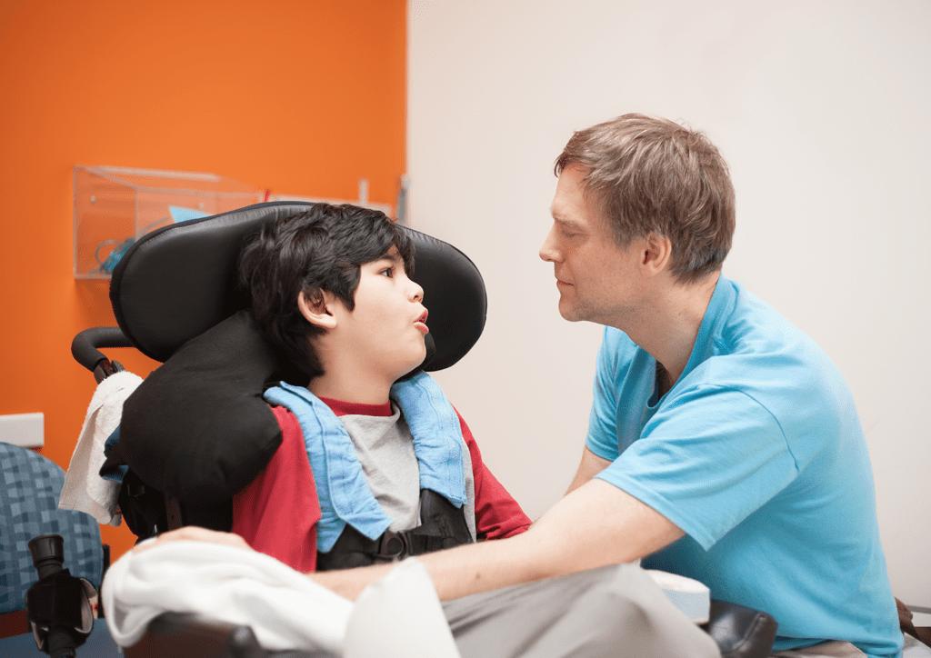 accompagnateur avec un enfant en fauteuil